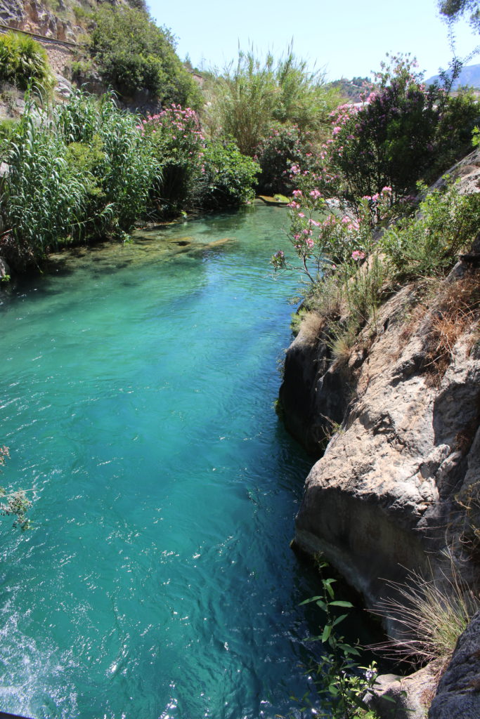 Türkisgrünes Wasser in den Fonts de L'Algar